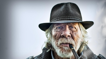 old_man_portrait_pipe_hat_75755_3840x2160
